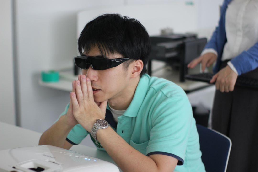 3Dゴーグル装着のうえ訓練するアスリート