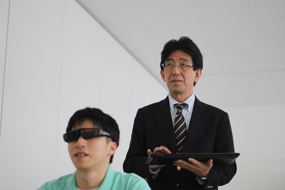ニューロトラッカー測定・訓練立会い中の磯貝教授